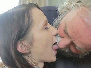 Älterer Mann isst junge Muschi