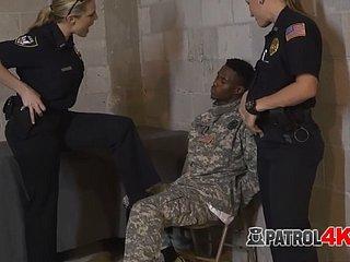 Kendra Spade fühlt sich sicher mit dem Schwanz des Polizisten in ihrem Schwanz des Polizisten in ihr