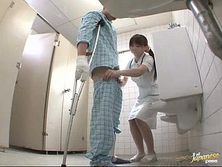 Schöne japanische Krankenschwester wird im Krankenhaus von einem Patienten gefickt