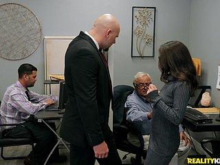 Erfahrene Sekretärin Chanel Preston fickt jüngere Kollegin im Büro
